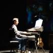 Fabrizio Allegrini al pianoforte e alle tastiere in concerto.